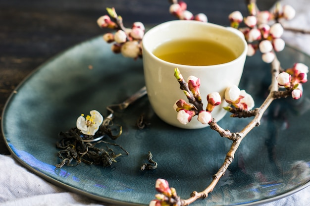 Chá verde e flor de pêssego como um conceito de primavera em estilo asiático