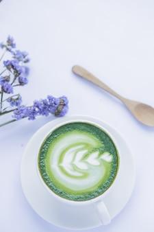 Chá verde em cima da mesa