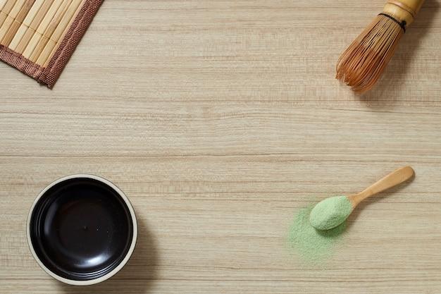 Chá verde em pó com batedor de bambu