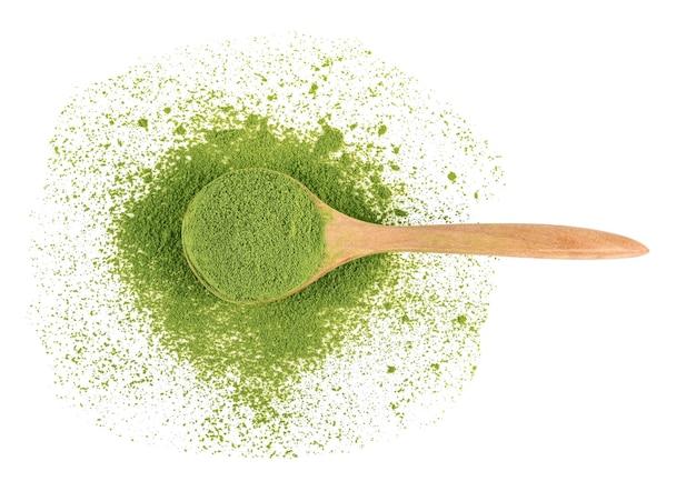 Chá verde em pó e folhas de chá verde isoladas no fundo branco