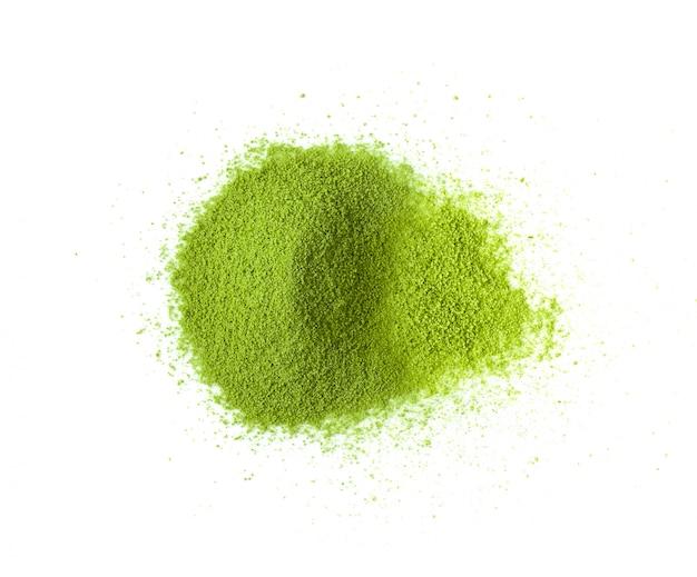 Chá verde em pó na parede branca