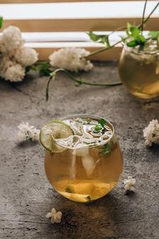 Chá verde gelado com limão e hortelã no fundo de pedra coquetel refrescante de verão foco seletivo
