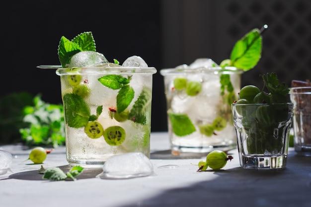 Chá verde gelado com melissa e groselha e cubos de gelo