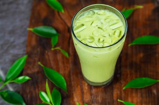 Chá verde gelado e folhas de chá frescas para a saúde