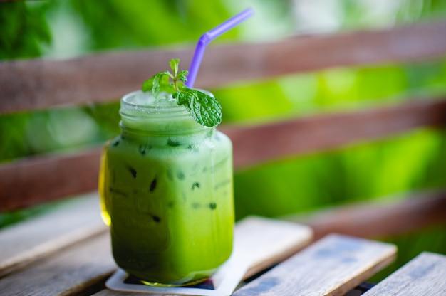 Chá verde gelado em cima da mesa