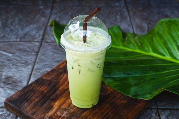 Chá verde gelado em xícara para viagem
