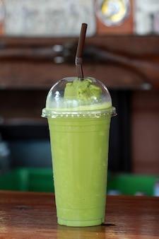 Chá verde, girando com fundo de madeira