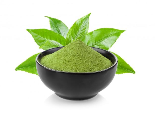 Chá verde instantâneo matcha em tigela preta no branco