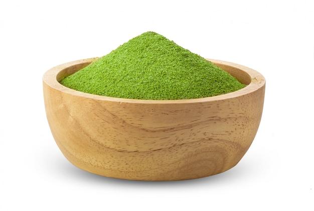 Chá verde instantâneo matcha em uma tigela de madeira em branco