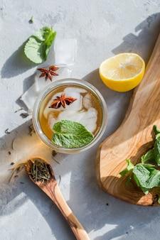Chá verde limão frio em vidro com gelo de anis. bebida probiótica de verão
