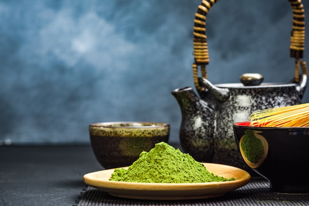 Chá verde matcha, bule e tigela
