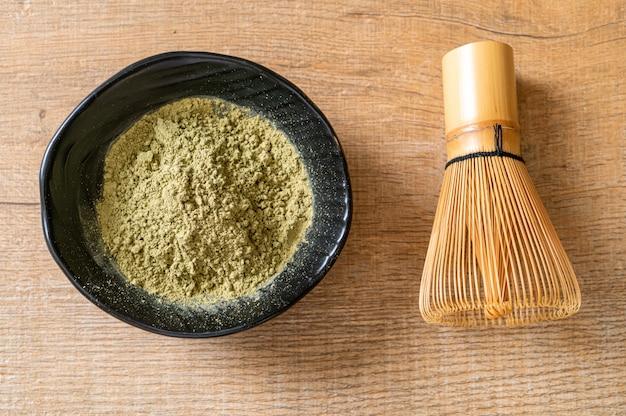 Chá verde matcha em pó com batedor