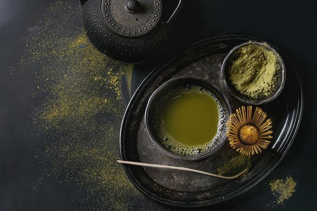 Chá verde matcha em pó e bebida