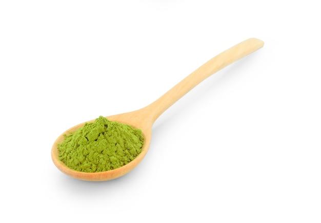 Chá verde matcha em pó em colher de pau isolado no fundo branco