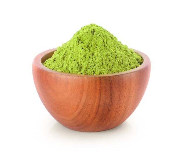 Chá verde matcha em pó em uma tigela, isolado no fundo branco