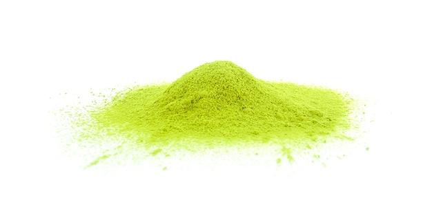Chá verde matcha em pó isolado no branco