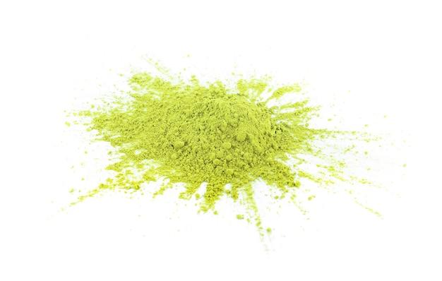 Chá verde matcha em pó isolado no fundo branco