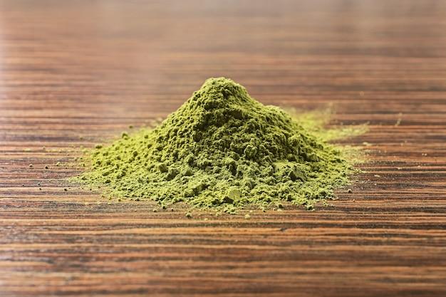 Chá verde matcha em pó na mesa de madeira