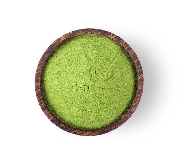 Chá verde matcha em pó na tigela isolada