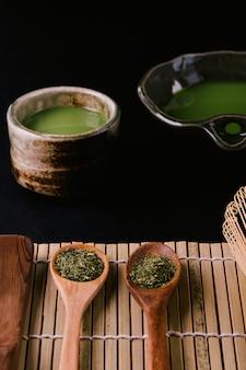Chá verde matcha em uma tigela na superfície de madeira
