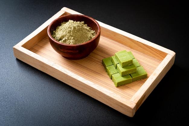 Chá verde matcha fresco e macio chocolate com pó de chá verde matcha
