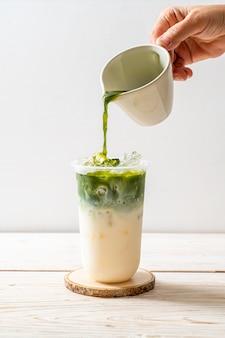 Chá verde matcha gelado com leite