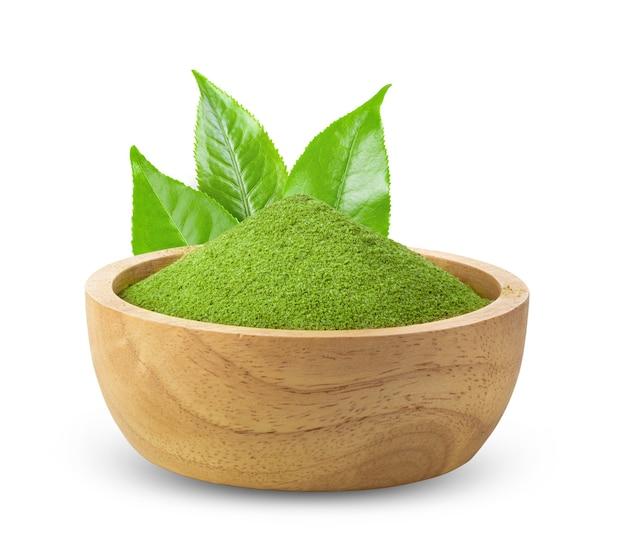 Chá verde matcha instantâneo em tigela de madeira com fundo branco
