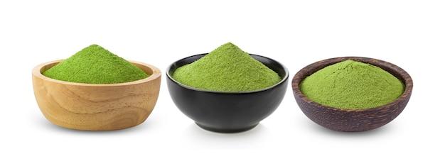 Chá verde matcha instantâneo em uma tigela sobre fundo branco