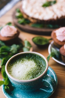 Chá verde matcha japonês. chá matcha com bolos