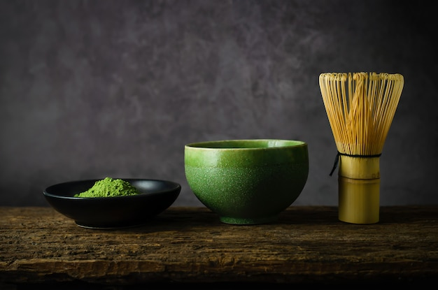 Chá verde matcha japonês com batedor de bambu