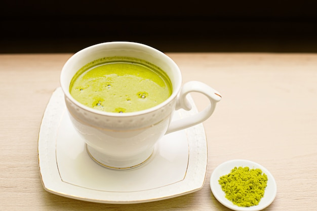 Chá verde matcha japonês em uma caneca branca