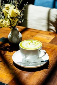Chá verde matcha latte em copo branco