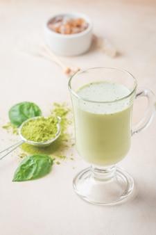 Chá verde matcha latte em copo de vidro