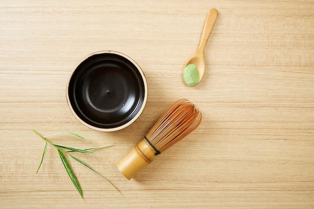 Chá verde matcha no fundo de madeira