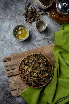 Chá verde oolong em um bule e tigela.