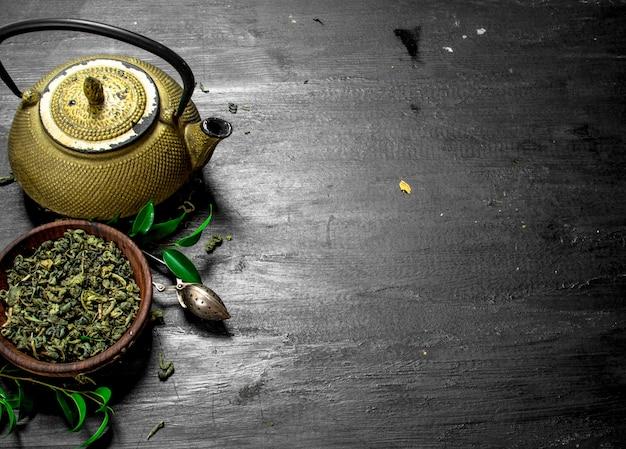 Chá verde perfumado com folhas no quadro negro