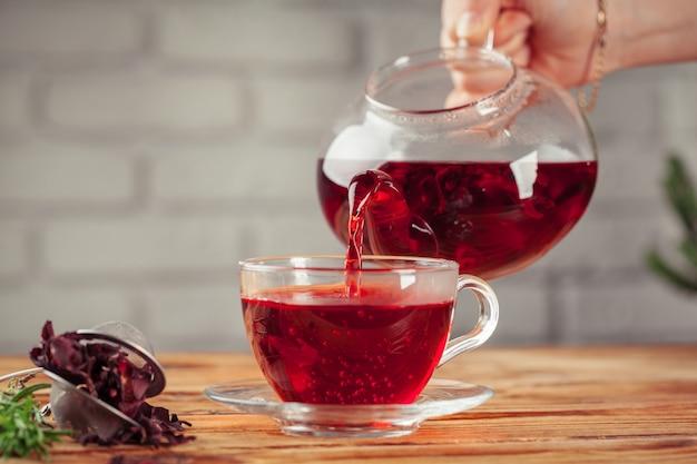 Chá vermelho em uma mesa de madeira