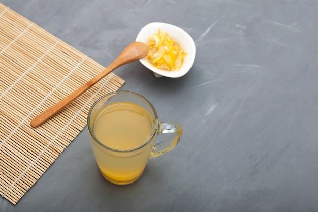 Chá yuzu ou chá yuja bebida cítrica asiática saudável