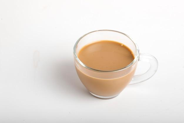 Chai. chá indiano tradicional na superfície branca