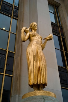 Chaillot palace estátua dourada em paris frança
