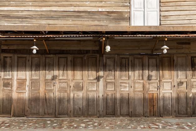 [chaing khan] casa de madeira velha na parede de bambu