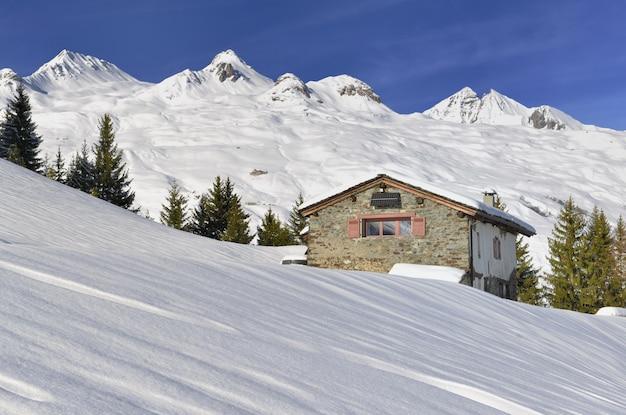 Chalé alpino tradicional na montanha alpina francesa