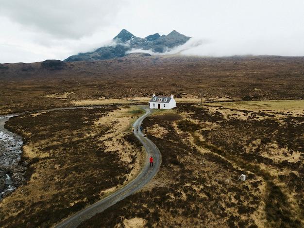 Chalé branco perto de black cuillin em glen sligachan na ilha de skye, na escócia