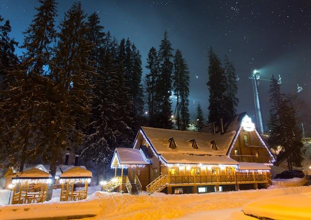 Chalé de esqui à noite