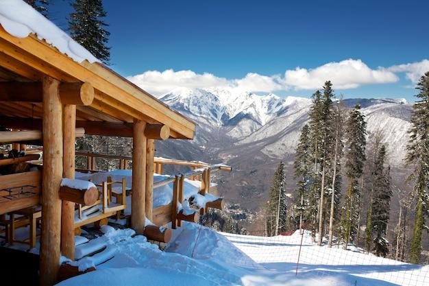 Chalé de esqui de madeira na neve, vista da montanha
