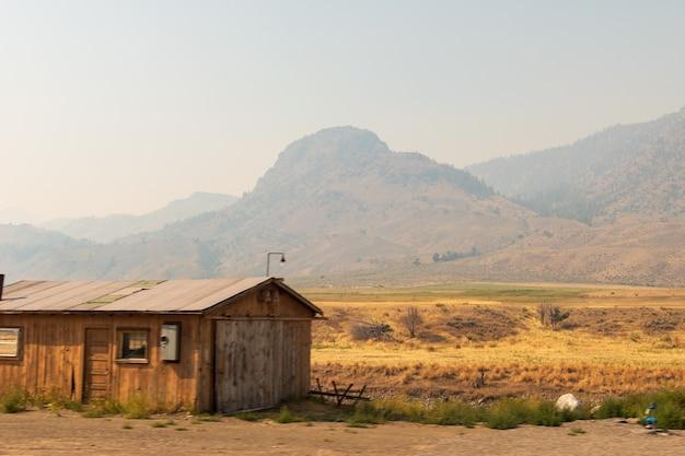 Chalé de madeira em uma paisagem deserta em um dia ensolarado
