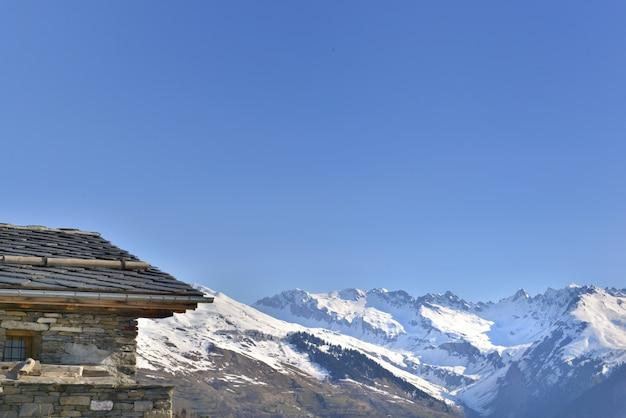 Chalé em alta montanha de neve