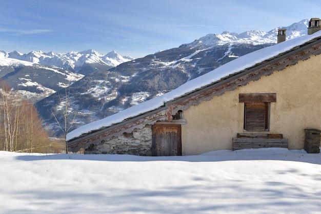 Chalé francês alpino tradicional na montanha