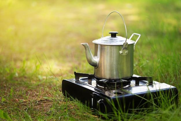 Chaleira de acampamento no fogão na natureza