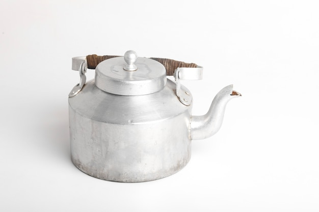 Chaleira de alumínio ou bule de chá na superfície branca